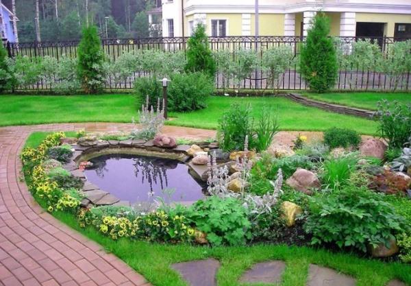 газон и садовый декор